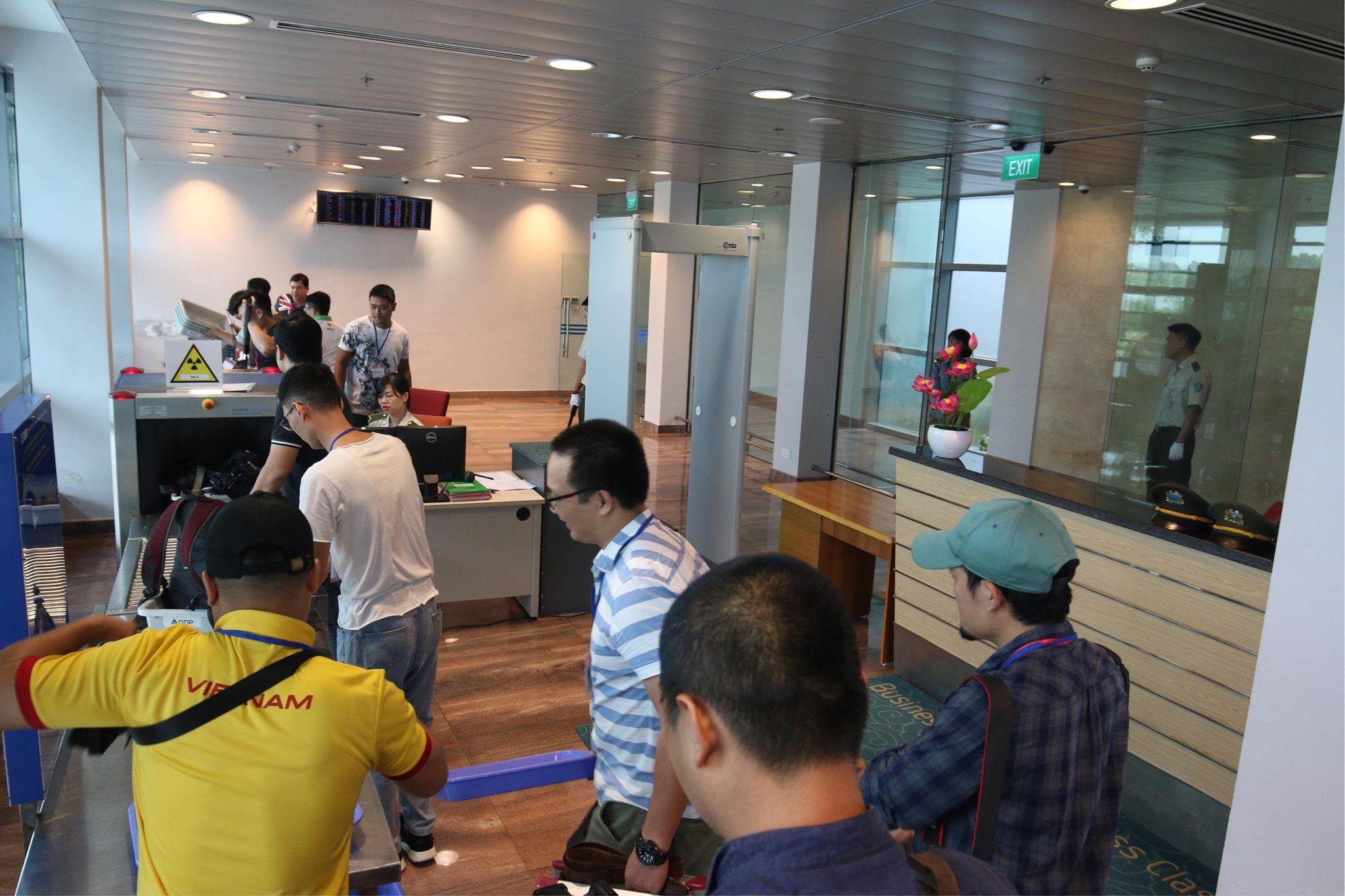 Trong khi đó, bên trong sân bay, các phóng viên của Việt Nam đang kiểm tra an ninh để đón các vận động viên của Đoàn TTVN.