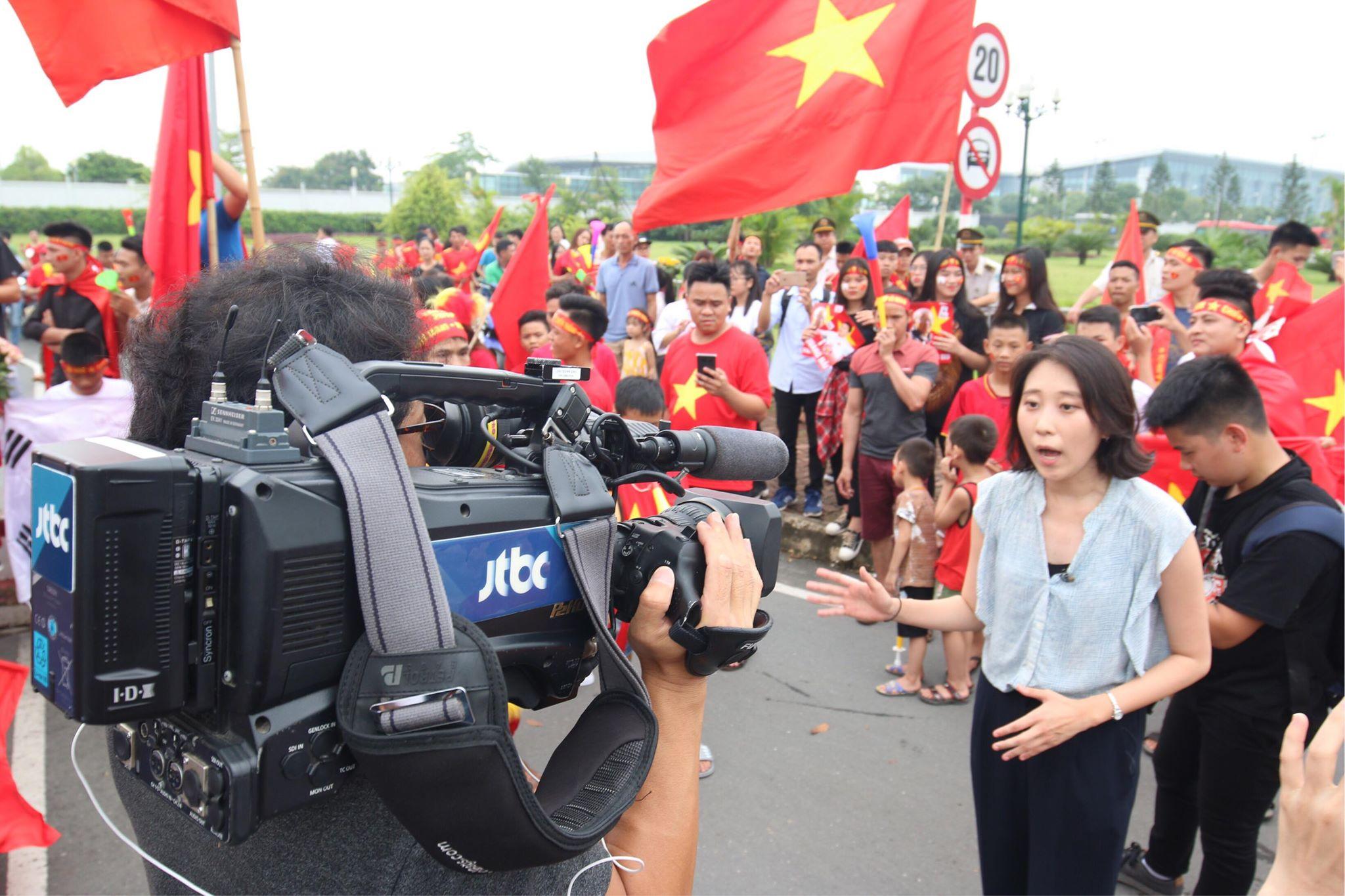 Đây là những phóng viên của kênh truyền hình JTBC đang đưa tin trực tiếp từ bên ngoài sân bay Nội Bài. Tại Á vận hội 18 (Asiad) lần này, chúng ta có nhiều mối duyên - nợ với Hàn Quốc khi Olympic Việt Nam phải đối mặt với đội bóng quê hương của HLV Park Hang-seo.