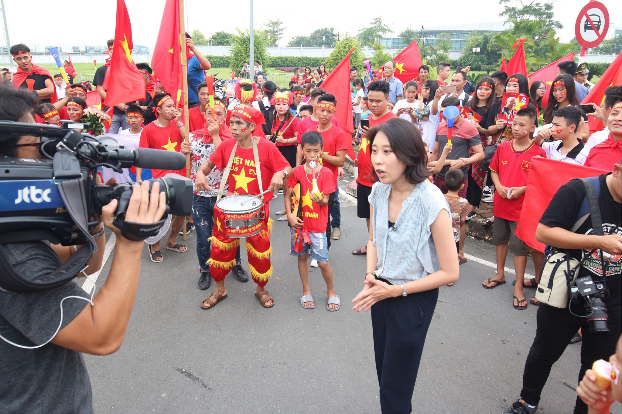 JTBC là một trong bốn công ty mạng truyền hình cáp quốc gia tại Hàn Quốc. Chắc có lẽ vì người hâm mộ Việt Nam dành nhiều tình cảm cho HLV Park Hang-seo nên kênh truyền hình này đã cắt cử phóng viên đưa tin.
