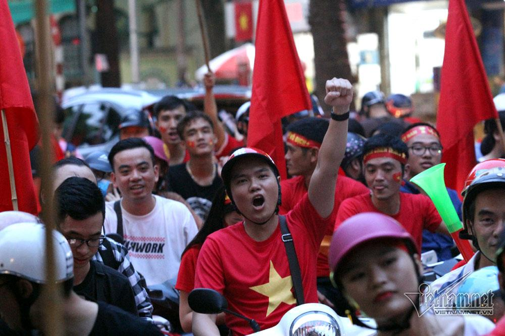 Ngay sau trận đấu, hàng nghìn người đổ về khu vực hồ Hoàn Kiếm reo hò, cổ vũ cho đội tuyển