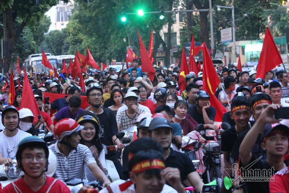 Hàng nghìn cổ động viên xuống đường sau trận đấu chiều nay