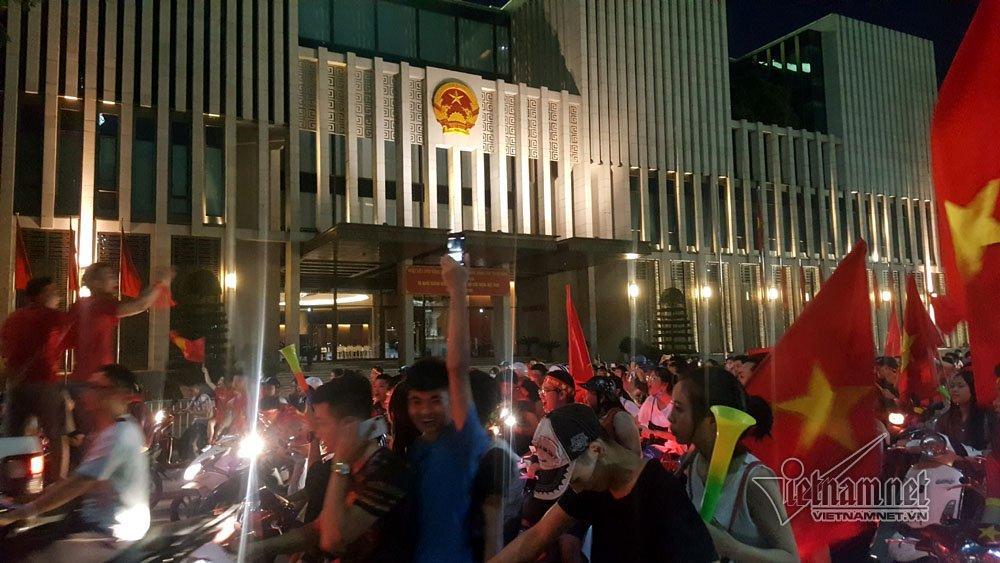 Qua đường Hùng Vương gần tòa nhà Quốc hội
