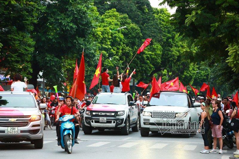 Hàng nghìn cổ động viên vẫn dành tình cảm đặc biệt cho các cầu thủ của tuyển U23 Việt Nam vì những thành tích lần đầu tiên trong lịch sử