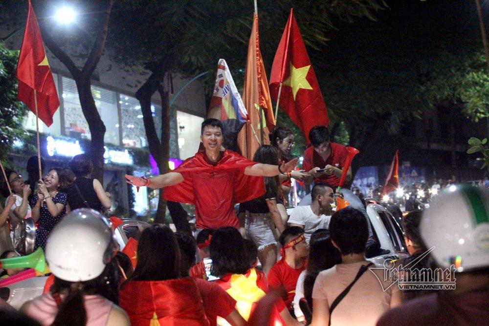 U23 Việt Nam vuột huy chương, nghìn người vẫn đổ ra đường