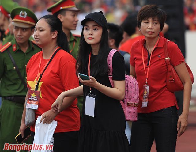 Bởi anh trông thấy Quỳnh Anh, người bạn gái của mình. Cả hai đã xa nhau hơn 1 tháng trời do Mạnh phải tập trung cùng Olympic Việt Nam thi đấu ở ASIAD 18