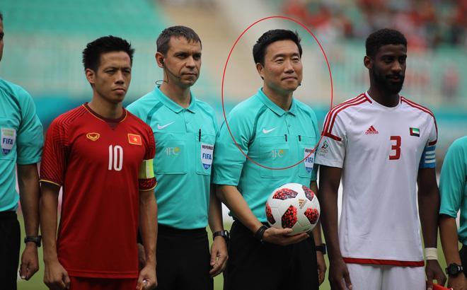 Trọng tài Kim Dae Yong gây bức xúc vì xử ép Việt Nam.