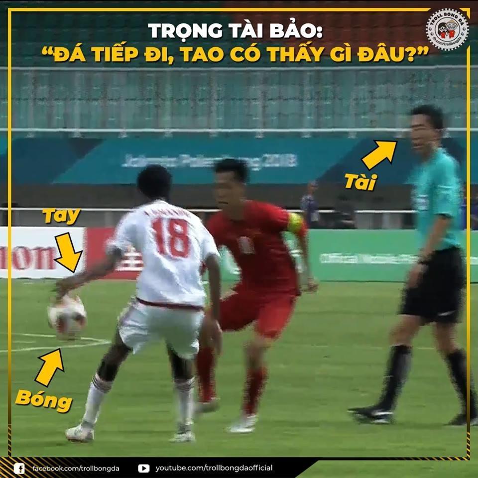 Trọng tài Kim Dae Yong liên tục bỏ qua lỗi của cầu thủ UAE.