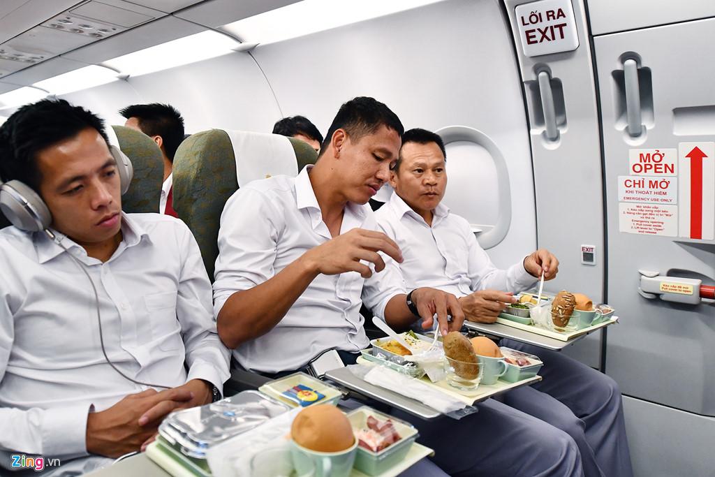 Đến bữa ăn, nhiều học trò của ông Park Hang-seo từ chối sử dụng thực đơn để dành thời gian cho việc ngủ. Văn Quyết để suất ăn trước mặt và vẫn lim dim ngủ, còn Anh Đức cố gắng ăn nhanh.