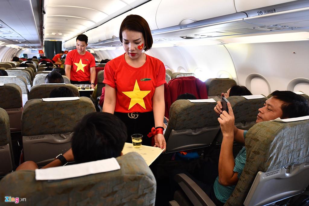 Đây là chuyến bay đặc biệt của Vietnam Airlines dành cho Đoàn thể thao Việt Nam và đội bóng đá, toàn bộ hành khách được phục vụ suất ăn thương gia với rượu vang, cơm cá, mỳ hải sản và bò sốt khoai tây.