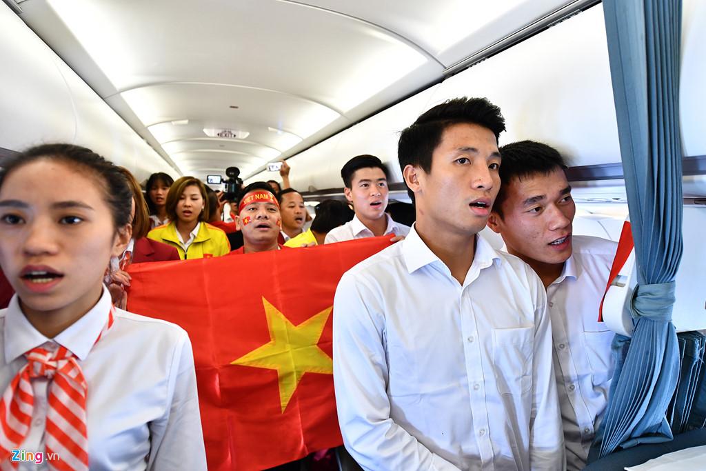 Trước thời điểm máy bay hạ cánh chừng 45 phút, phi hành đoàn tổ chức hát mừng ngày Quốc khánh 2/9 với các ca khúc