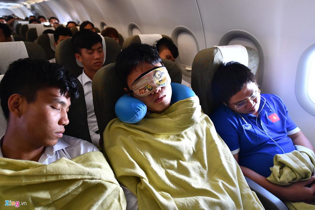 Khi vừa ổn định chỗ ngồi, hầu hết cầu thủ đều tỏ ra mệt mỏi và nhắm mắt ngủ.