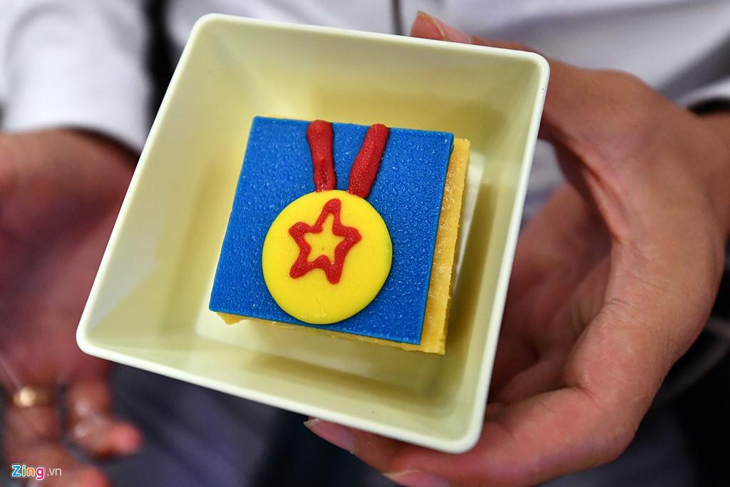 Chiếc bánh tráng miệng có hình huy chương vàng độc đáo trong mỗi suất ăn trên máy bay.