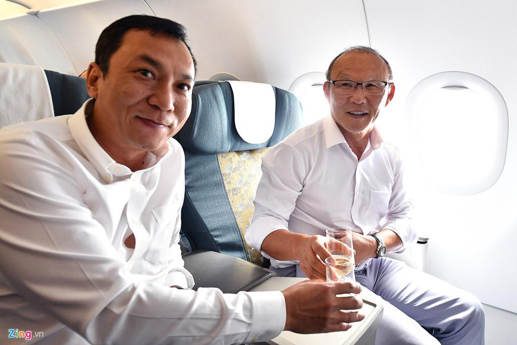 Ông Pak Hang-seo ngồi tại hàng ghế hạng thương gia. Khi gần hạ cánh, gương mặt thầy Park bắt đầu ánh lên niềm vui đầu tiên kể từ ngày hôm qua. Ngồi bên cạnh vị HLV người Hàn Quốc là ông Trần Quốc Tuấn, Phó chủ tịch Liên đoàn bóng đá Việt Nam.