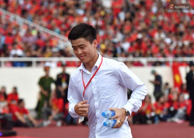 Nụ cười hạnh phúc trên khuôn mặt chàng tiền vệ khi chạy tới chỗ bạn gái.