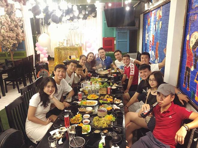 Các cầu thủ đã tụ tập ăn uống ngay sau khi kết thúc lễ vinh danh. Ảnh: FBNV.