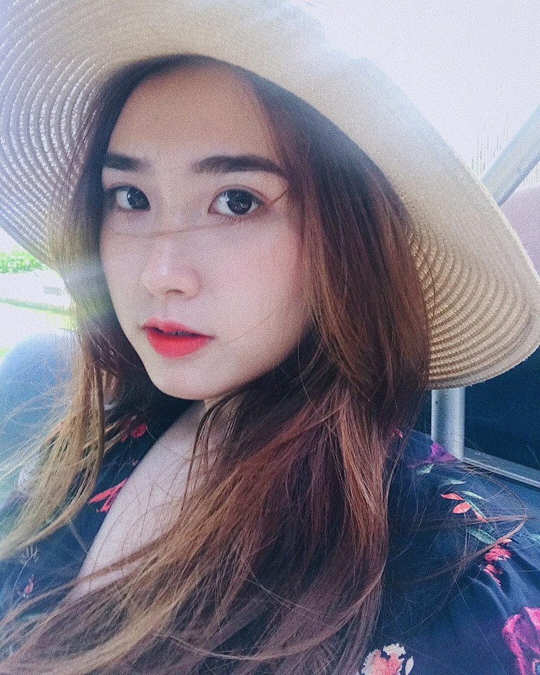 Nhiều dân mạng đã vào trang cá nhân của Lê Thị Thanh và để lại những bình luận tò mò. Lượt theo dõi Facebook của cô cũng tăng lên nhanh chóng, đến nay đã có hơn 50.000 người.