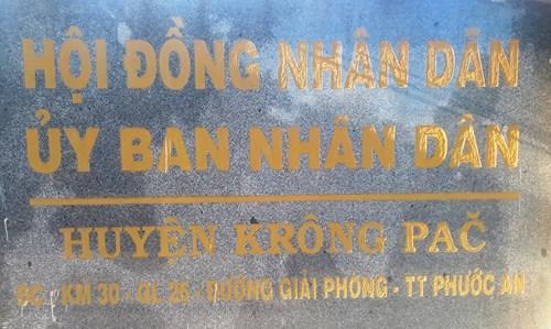 Biển hiệu trước cổng ra vào của HĐND và UBND huyện (Ảnh: Cái Văn Long)
