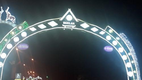 Cổng chào được trang trí nơi công cộng trên các trục đường chính, liệu viết có đúng tên gọi của tỉnh  Đắk Lắk? (Ảnh: Cái Văn Long)