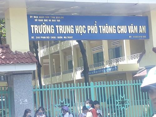 Trường học cũng viết sai tên của tỉnh (Ảnh: Cái Văn Long)