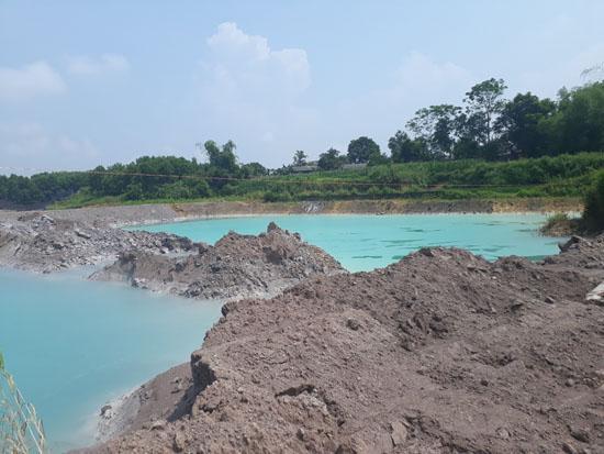 Bãi tập kết tro xỉ thải nằm ngay sát ruộng lúa của dân, không có hệ thống bờ chống thấm, chống tràn và che chắn, nước trong bểcó màu xanh đậm đặc giống như màu hóa chất