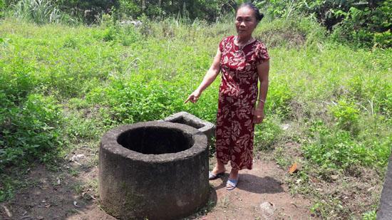 Bà Sinh đang chỉ cho PV giếng nước của gia đình bị ô nhiễm