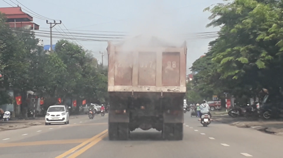 Chiếc xe chở tro xỉ thải trên đường quốc lộ gây khói bụi mù mịt do không được che đậy cẩn thận