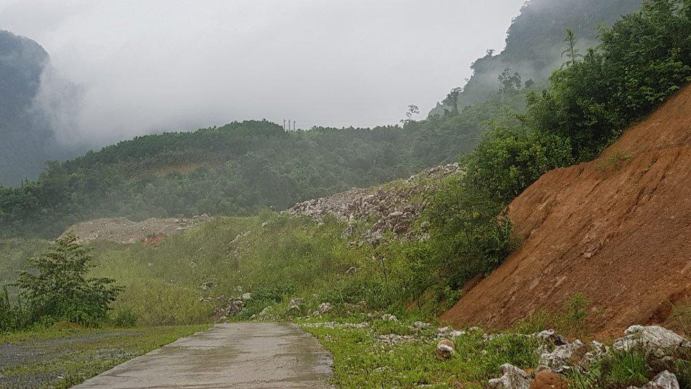 Bãi tập kết đất thải khổng lồ hai bên con đường