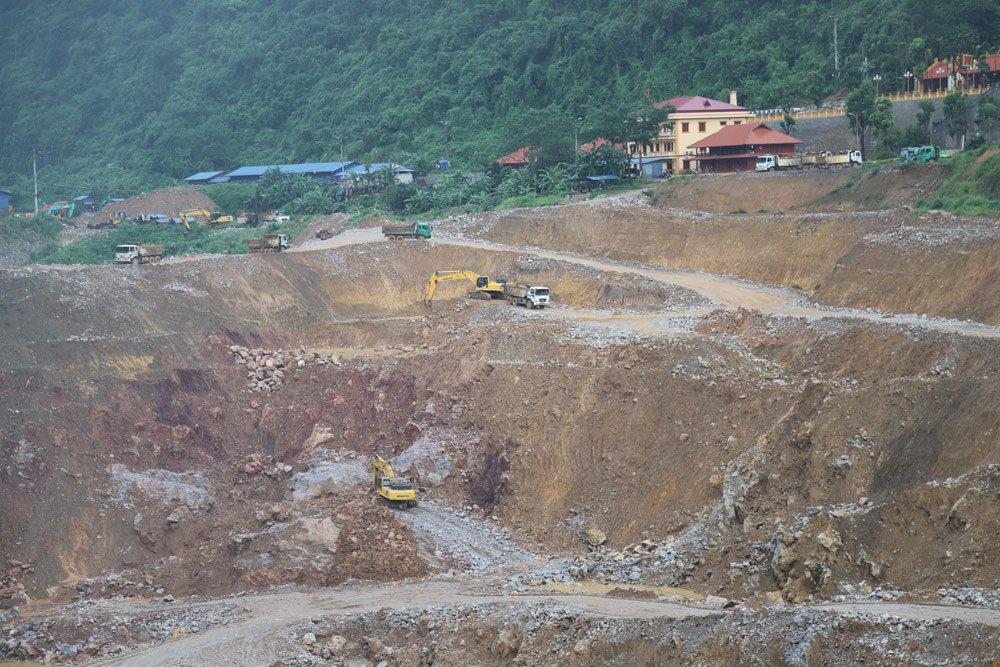 Công trường khai thác sâu hàng trăm mét tại bãi vàng Bản Ná