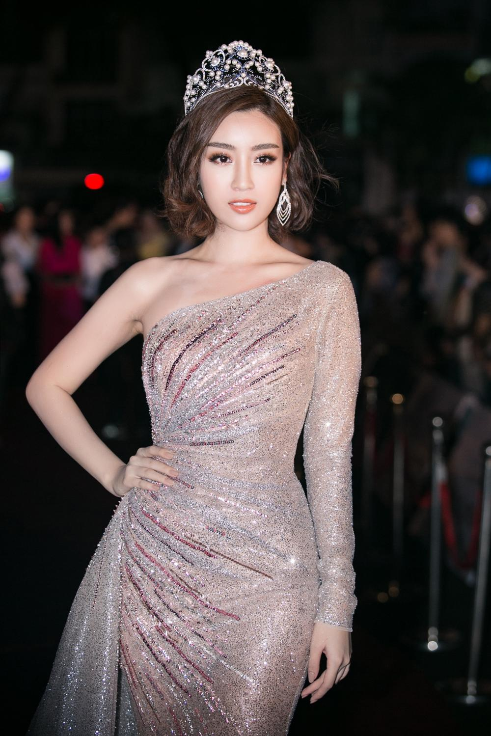 ... Và Hoa hậu Việt Nam 2016 Đỗ Mỹ Linh xuất hiện trong đêm Chung kết.