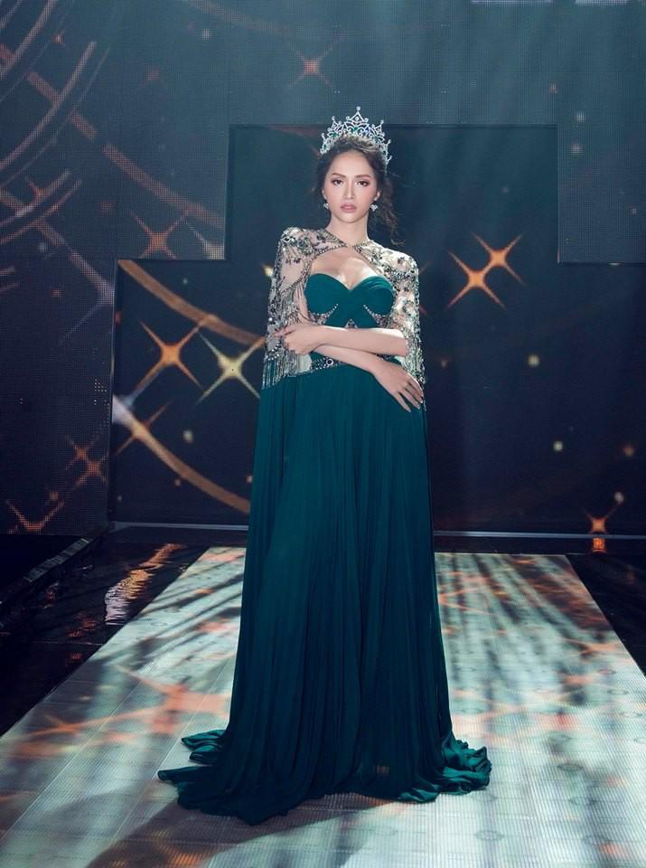 Ở một diễn biến khác, Hương Giang lại tỏa sáng thực sự, đúng phong thái hoa hậu khi diện bộ váy này trong đêm CK Hoa hậu Chuyển giới Thái Lan hồi đầu tháng 9.