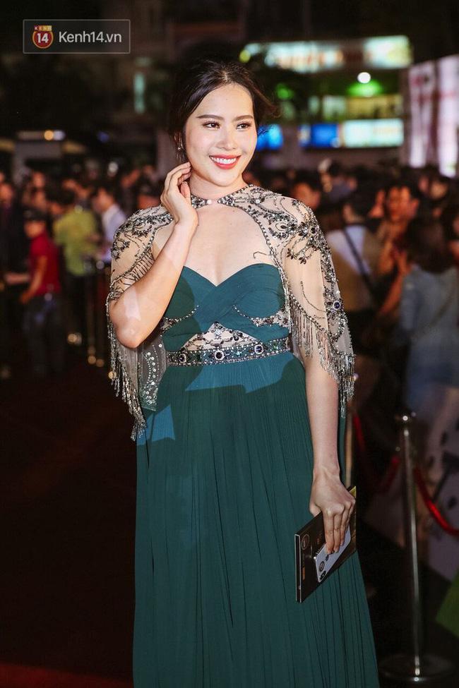 Xuất hiện tại thảm đỏ CK Hoa hậu Việt Nam năm nay, Nam Em mạnh dạn chọn một thiết kế khá dịu dàng của NTK Đỗ Long. Có điều, chi tiết thắt eo