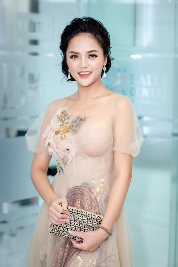 Khi để kiểu tóc búi rối Hàn Quốc, Thu Quỳnh xinh đẹp như búp bê vậy