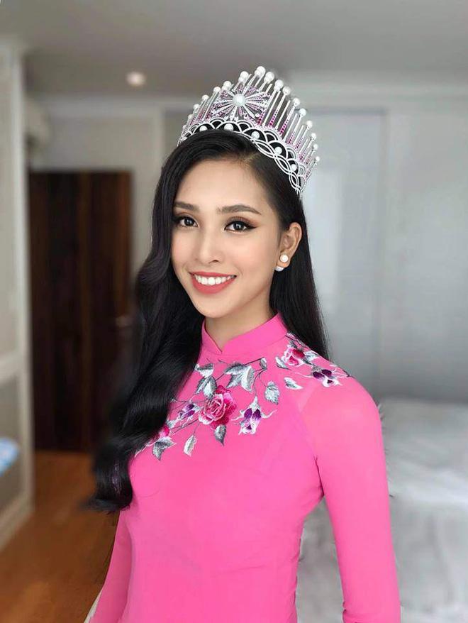 Đêm 16/9, chiếc vương miện Hoa hậu Việt Nam được trao cho người đẹp 18 tuổi Trần Tiểu Vy. Cô nhận được nhiều lời khen ngợi về nhan sắc xinh đẹp.