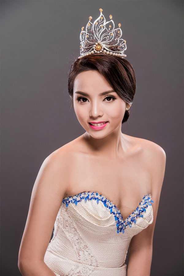 Trong khi đó, mặc dù vướng phải nhiều lùm xùm không hay kể từ khi đăng quang Hoa hậu Việt Nam 2014, song Kỳ Duyên được xem là 1 trong số những Hoa hậu học giỏi.