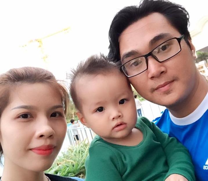 Văn Nguyễn hạnh phúc bên vợ con ở Vũng Tàu
