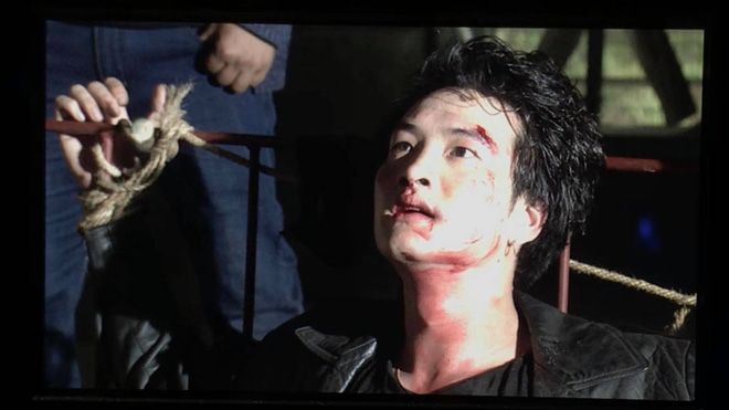 Bên cạnh những cảnh quay đầy bạo lực của Phong Cấn: Dí súng vào đầu đàn em, đập gãy chân đối thủ... Phong Cấn cũng là chàng thiếu gia khá thảm hại khi bị tra tấn. Anh chàng cũng có nét hèn hạ khi sợ hãi đến mức