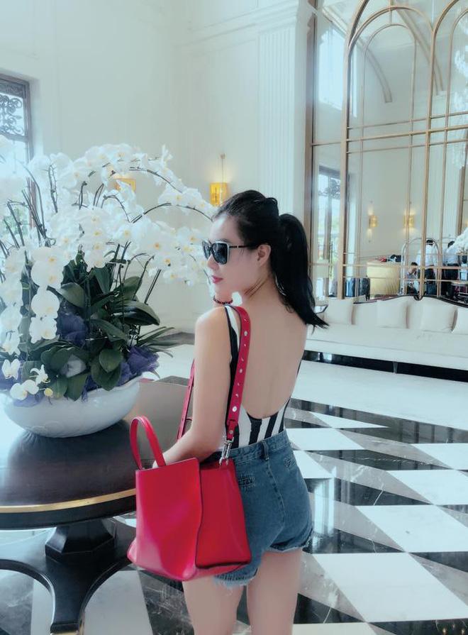 Phong cách của Thanh Hương luôn biến đổi linh hoạt, lúc đậm chất nữ hoàng, đôi khi năng động, cá tính. Song yếu tố gợi cảm vẫn được nữ diễn viên ưu ái hơn cả.