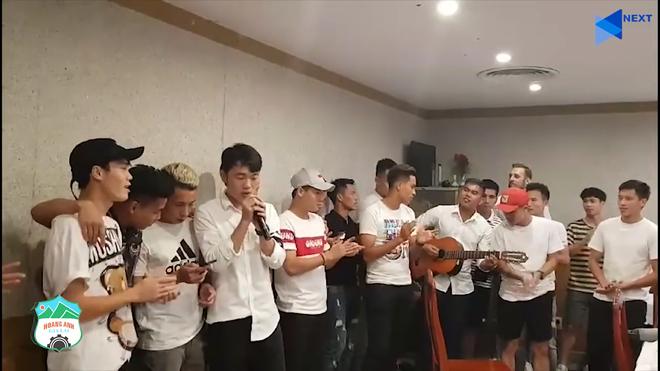 Xuân Trường và các đồng đội đã quây quần bên nhau sau trận đấu để cùng hát ca khúc