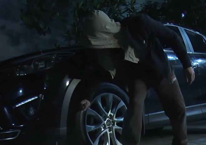 Cảnh dễ dàng dùng dao đâm thủng hai lốp xe khi đột nhập vào nhà Cấn.