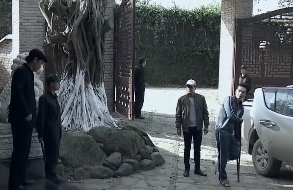 Mua bán ma túy giữa sân Thiên Thai, cổng mở toang như chào đón xe công an tới.