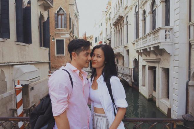 Hồi đầu tháng 8 vừa qua, Đông Nhi - Ông Cao Thắng cũng liên tục bị fan réo gọi sớm tổ chức đám cưới khi khoe loạt ảnh hạnh phúc tại Ý.