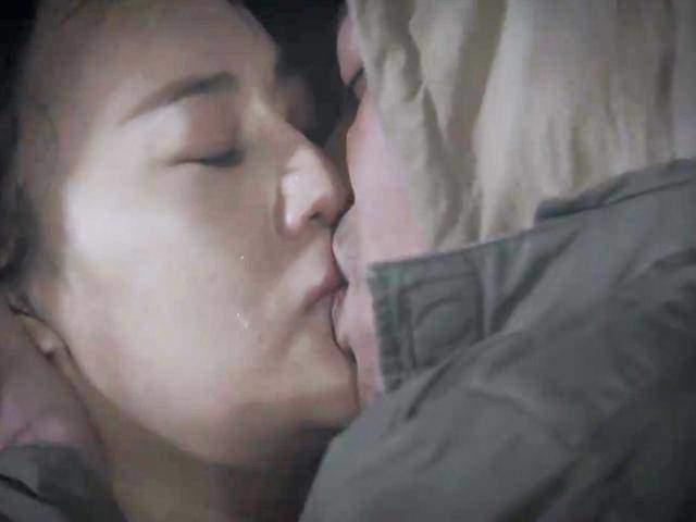Nụ hôn thể hiện tình yêu mãnh liệt của Cảnh và Quỳnh.