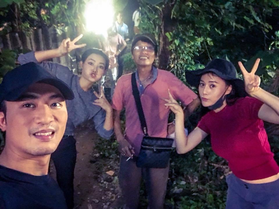 Đạo diễn Mai Hồng Phong cùng bộ ba Lan (Thanh Hương), Quỳnh (Phương Oanh) và Cảnh (Doãn Quốc Đam) ở hậu trường một cảnh quay đêm.