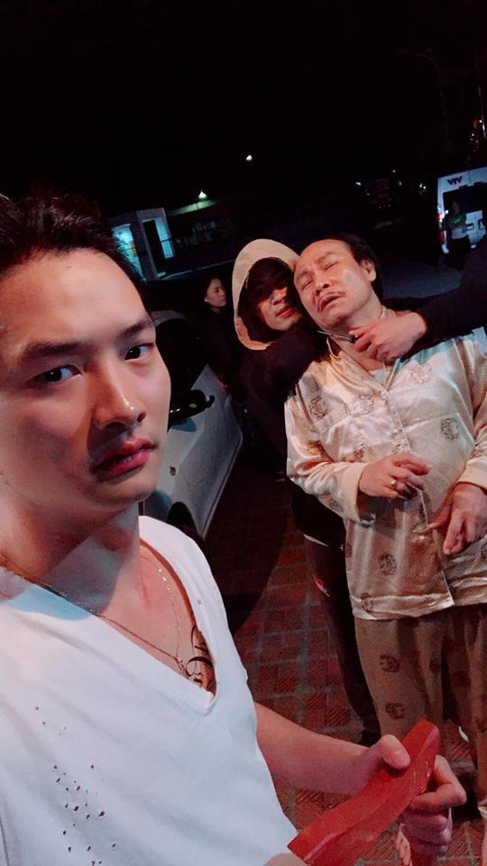 Dù cảnh trên phim căng thẳng nhưng ở hậu trường diễn viên Trọng Lân vẫn tranh thủ selfie cùng diễn viên Nguyễn Hải và Doãn Quốc Đam.