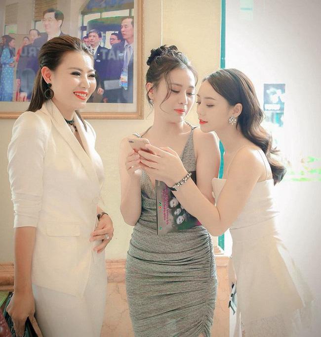Theo kịch bản, mối quan hệ giữa Lan, Quỳnh và Đào khá căng thẳng. Nhưng ngoài đời, cả 3 rất thân thiết.