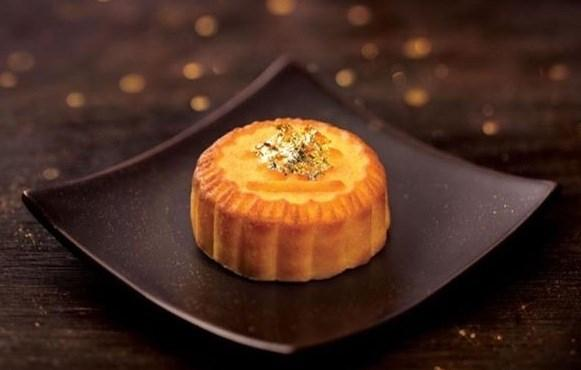 Cùng với trào lưu đồ ăn dát vàng, thị trường năm nay xuất hiện loại bánh trung thu dát vàng 24K vô cùng hút khách. Ảnh: Vietnamnet