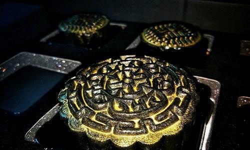Bên ngoài bánh trung thu dát vàng 24K cũng giống như các loại bánh thông thường, chỉ khác mặt trên của bánh có những lá vàng. Ảnh: Facebook