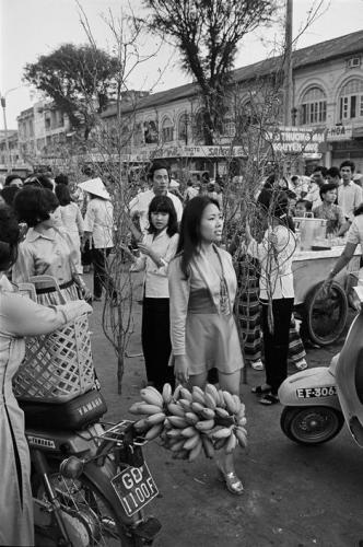Chợ hoa Tết năm 1971. (Ảnh: Philip Jones Griffiths)