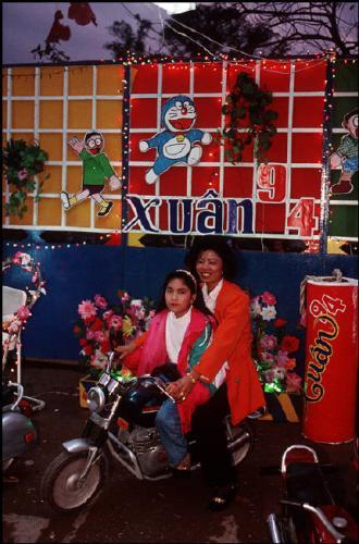 Tết ở Hà Nội năm 1994. (Ảnh: Bruno Barbey)