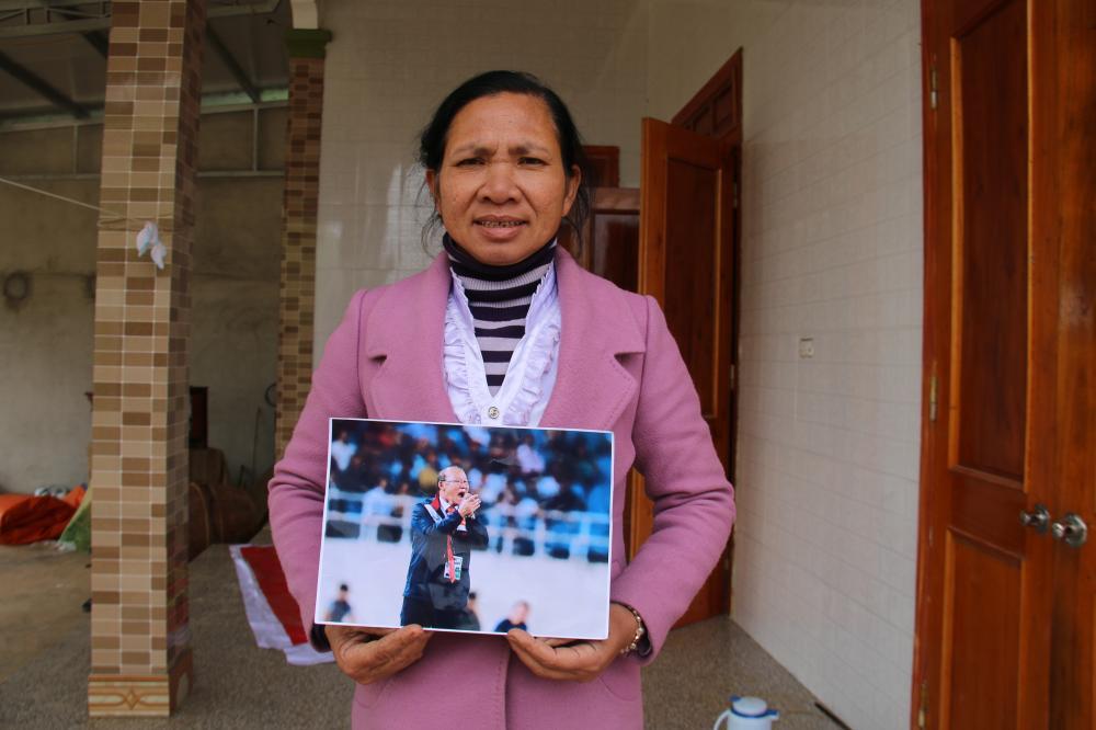 Bà Hà và món quà tặng con ở sân bay. Ảnh: Ngọc Trang